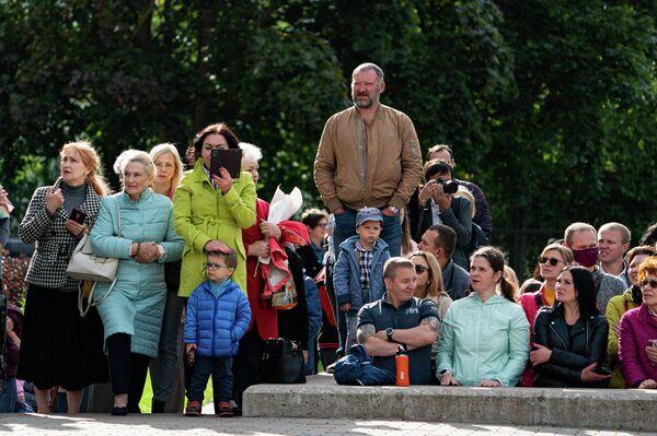 Родители учащихся Рижской средней школы №80 внимательно наблюдают за происходящим - Sputnik Латвия