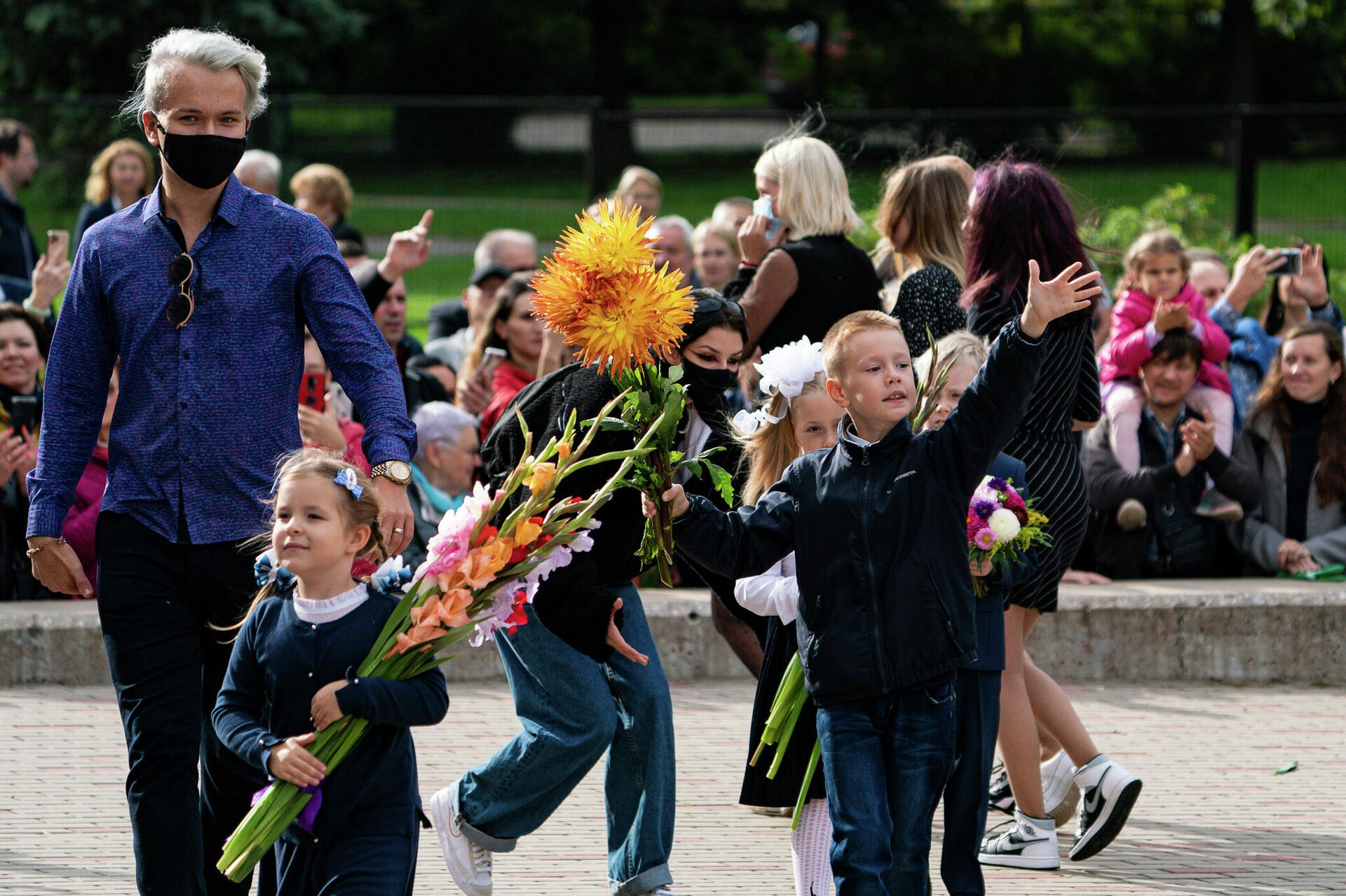 Первоклассники с красивыми букетами на торжественной линейке в Рижской средней школе №80 - Sputnik Латвия, 1920, 01.09.2021