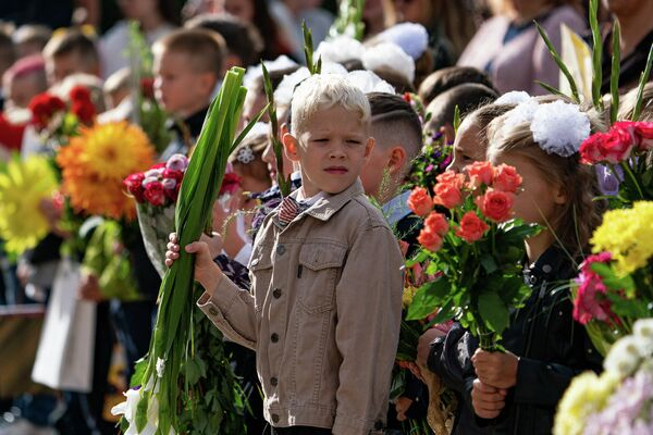 Первоклассники с букетами цветов 1 сентября - Sputnik Латвия