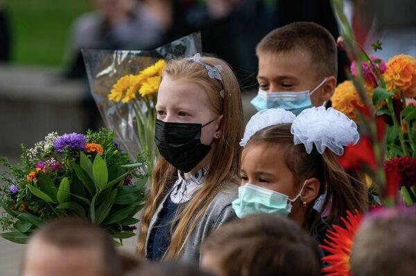 Учащиеся младших классов в масках - Sputnik Латвия