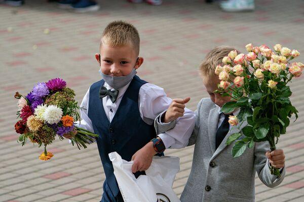 Ученики младших классов с цветами - Sputnik Латвия
