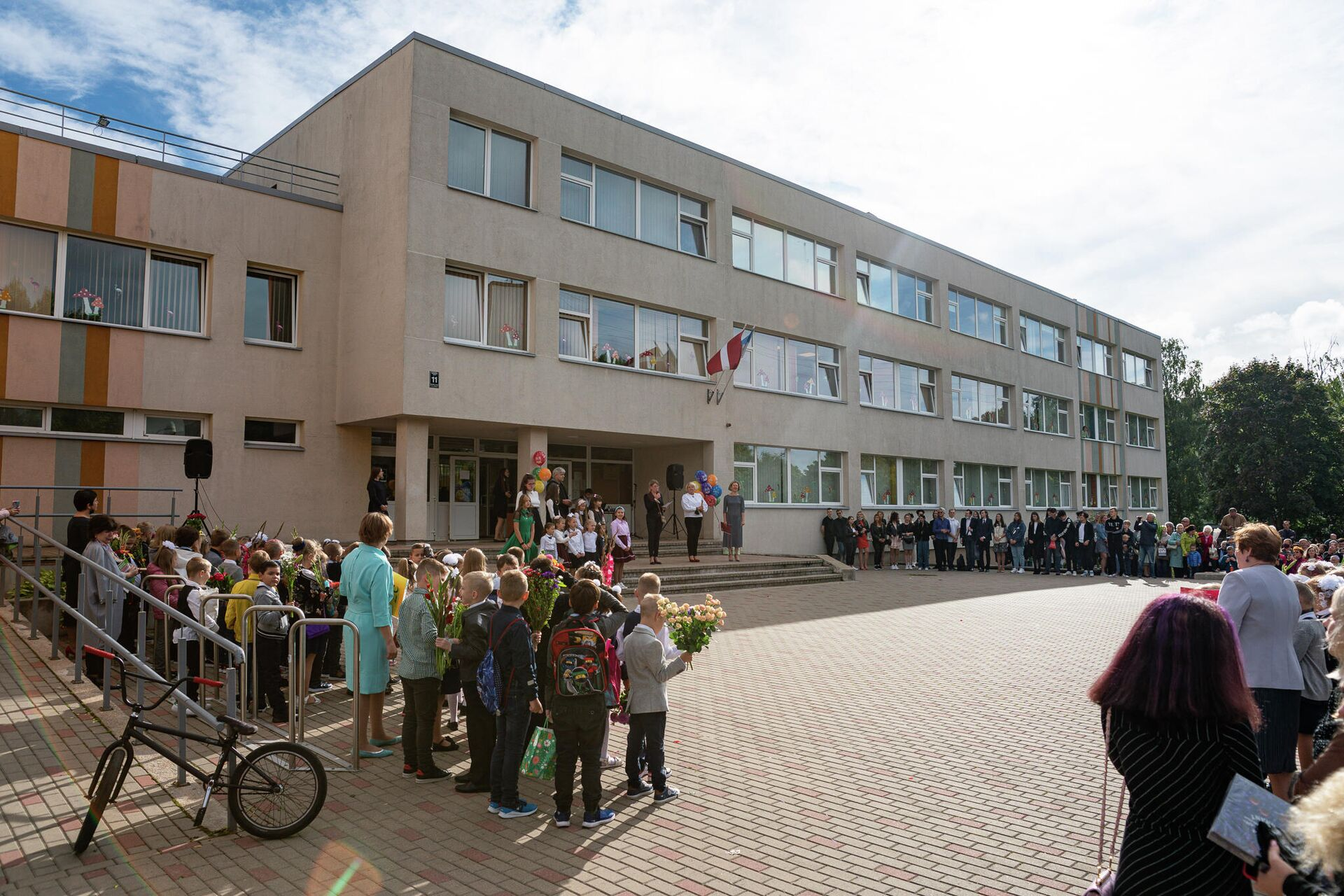 Торжественная линейка в Рижской средней школе №80 - Sputnik Латвия, 1920, 01.09.2021