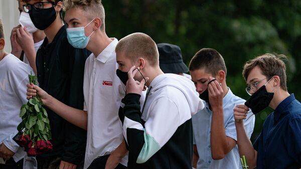 Учащиеся Рижской средней школы №80 на торжественной линейке  - Sputnik Латвия