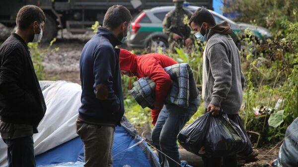 Передача гуманитарной помощи беженцам из Афганистана, находящимся на польско-белорусской границе, 1 сентября 2021 года - Sputnik Latvija