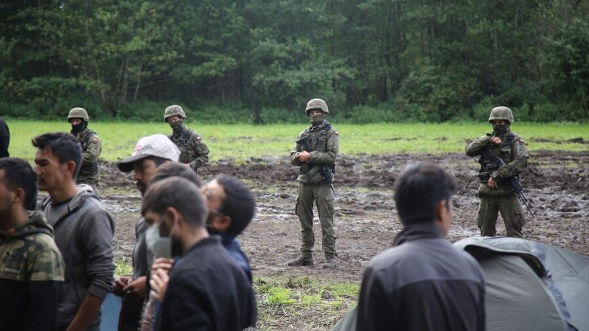 Польские пограничники в момент передачи гуманитарной помощи беженцам из Афганистана, 1 сентября 2021 года - Sputnik Латвия, 1920, 08.09.2021