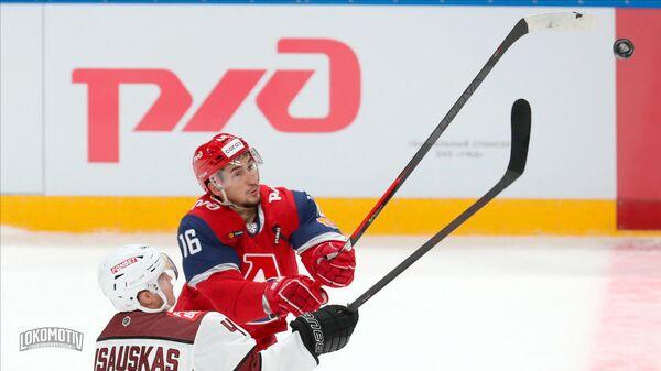 Нериюс Алишаускас борется за шайбу с игроком ярославского Локомотива Артуром Каюмовым - Sputnik Латвия
