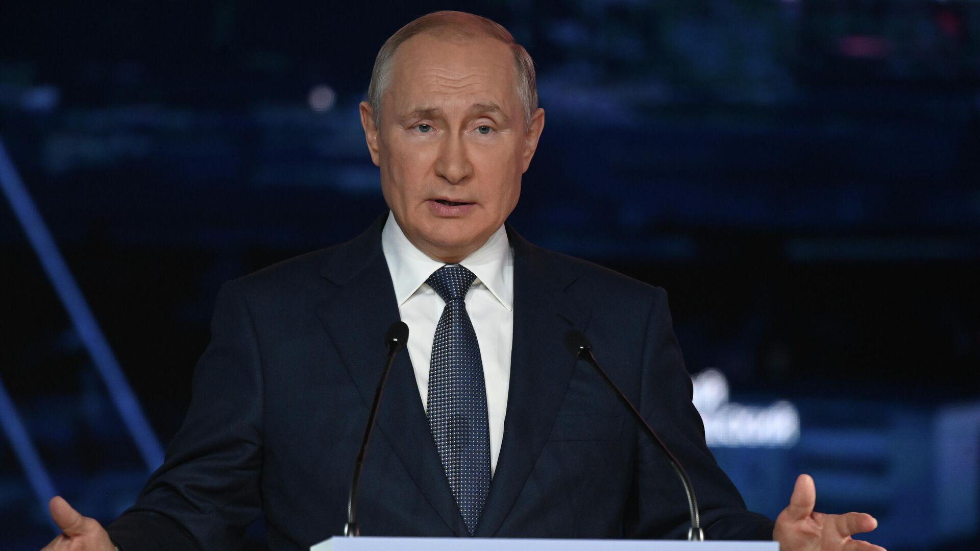 Президент РФ Владимир Путин выступает на пленарном заседании ВЭФ - Sputnik Латвия, 1920, 03.09.2021