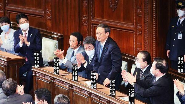 Премьер-министр Японии Ёсихидэ Суга (в центре) - Sputnik Латвия