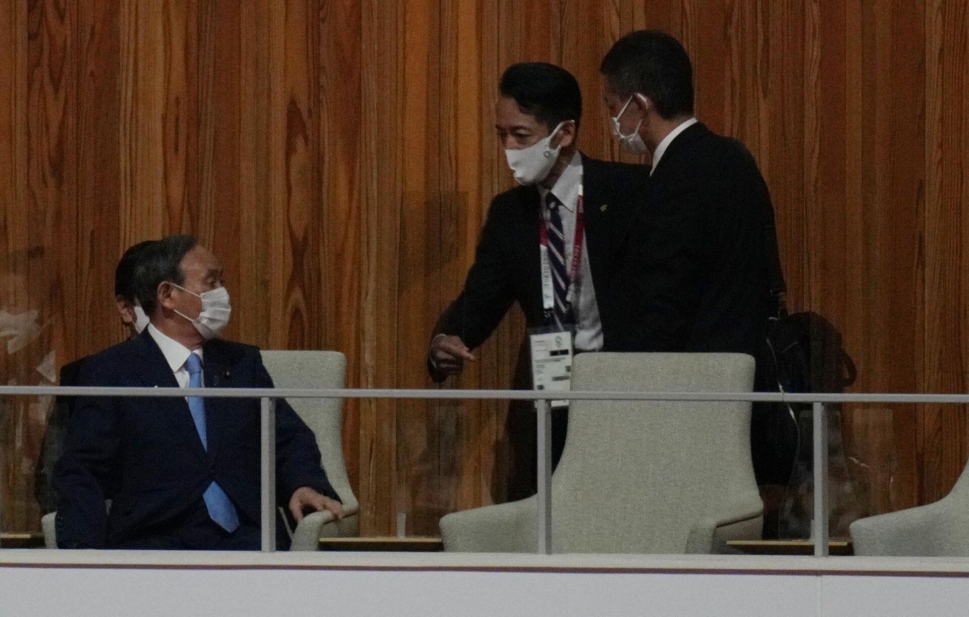 Премьер-министр Японии Ёсихидэ Суга (слева) на церемонии открытия XXXII летних Олимпийских игр в Токио - Sputnik Латвия, 1920, 03.09.2021