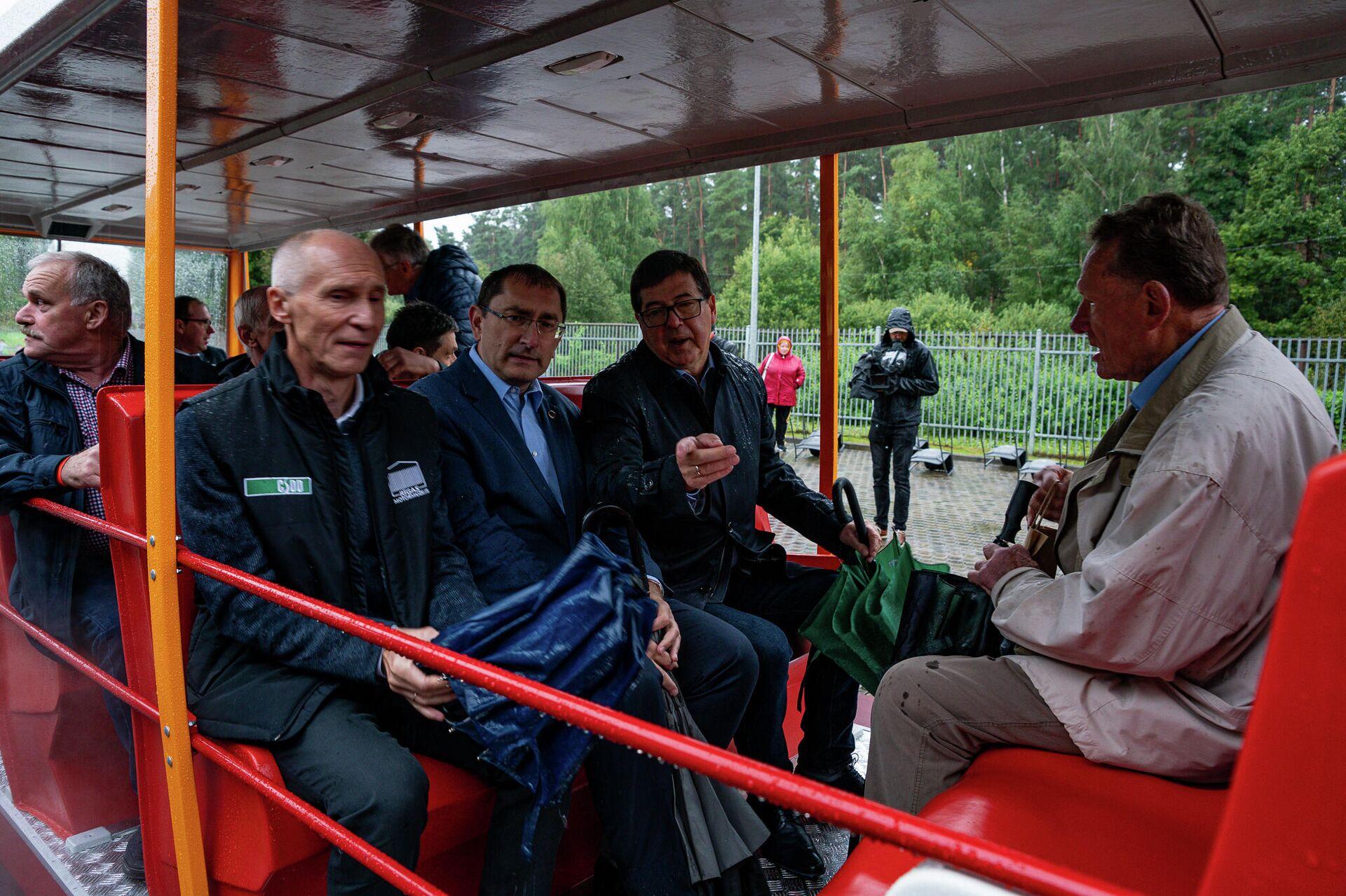 Вип персоны совершили поездку на автопоезде RAF Latvija по гоночной трассе Бикерниеки - Sputnik Латвия, 1920, 05.09.2021