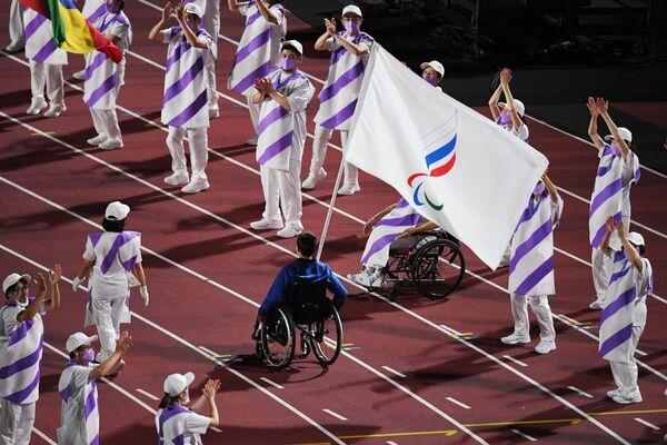 Знаменосец команды Паралимпийского комитета России во время торжественной церемонии закрытия XVI летних Паралимпийских игр в Токио на Национальном олимпийском стадионе - Sputnik Латвия