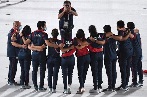 Спортсмены сборной Чили на Национальном олимпийском стадионе в Токио перед началом торжественной церемонии закрытия XVI летних Паралимпийских игр - Sputnik Латвия