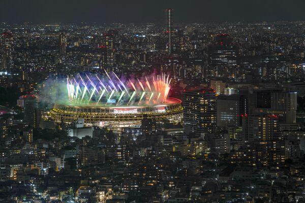 Вид со смотровой площадки Сибуя Скай на фейерверк над Национальном стадионом в Токио - Sputnik Латвия