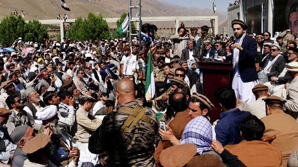Лидер афганского сопротивления Ахмад Масуд (справа) обращается к сторонникам в провинции Панджшер - Sputnik Латвия