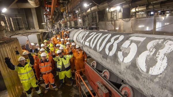 Коллектив баржи Фортуна у последней трубы газопровода Северный поток - 2 - Sputnik Latvija