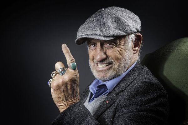 Один из самых узнаваемых актеров французского кинематографа, Жан-Поль Бельмондо родился 9 апреля 1933 года в семье скульптора. На фото: Бельмондо во время фотосессии в Булонь-Бийанкур, 2016. - Sputnik Латвия