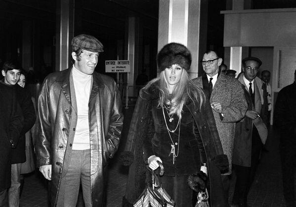За свою творческую карьеру Бельмондо сыграл почти в сотне фильмов. На фото: Жан-Поль Бельмондо и Урсула Андресс в аэропорту Ниццы, 1968. - Sputnik Латвия