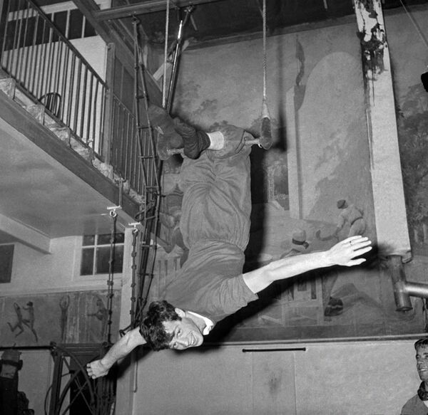 В театральном репертуаре Бельмондо - более 30 пьес, включая классические произведения Шекспира и Мольера. На фото: Бельмондо тренируется для выступления на трапеции, 1961. - Sputnik Латвия