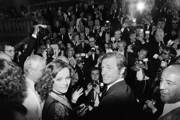 Артист был дважды женат и отметился громкими служебными романами. На фото: Бельмондо и одна из его спутниц - итальянская актриса Лаура Антонелли, 1974. - Sputnik Латвия