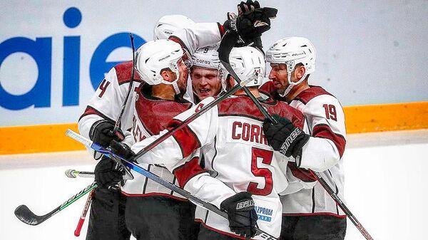Игроки хоккейного клуба Динамо (Рига) празднуют заброшенную шайбу - Sputnik Латвия