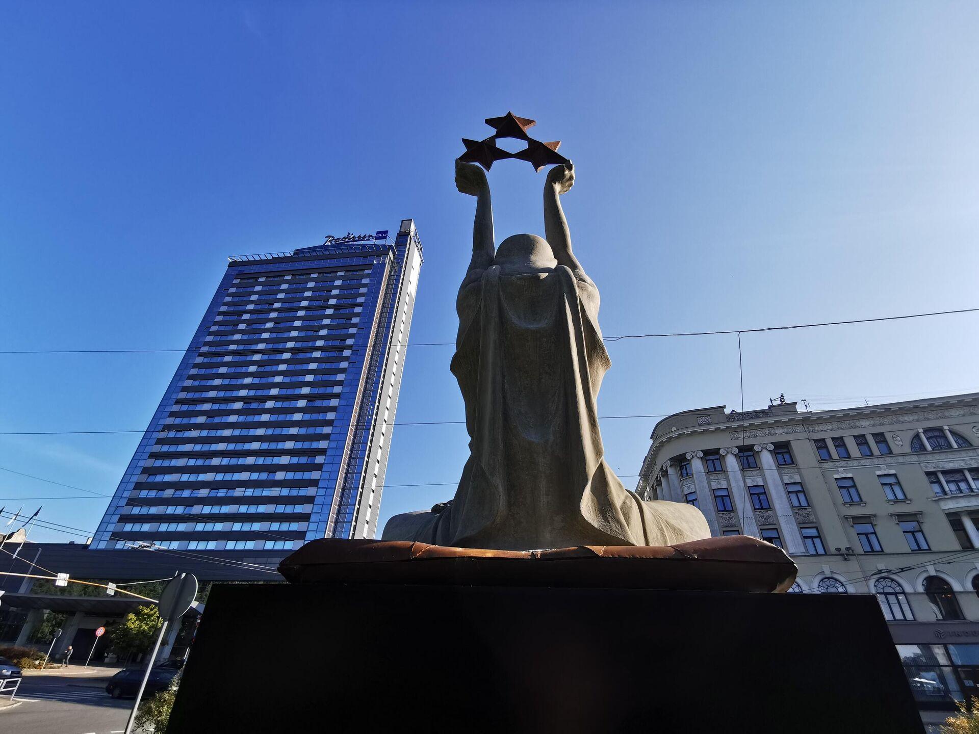Статуя Свободы у здания кабинета министров Латвии в Риге - Sputnik Латвия, 1920, 07.09.2021