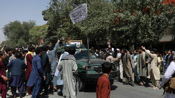Протестующие в Кабуле окружили автомобиль с флагом движения Талибан (запрещено в РФ) - Sputnik Латвия