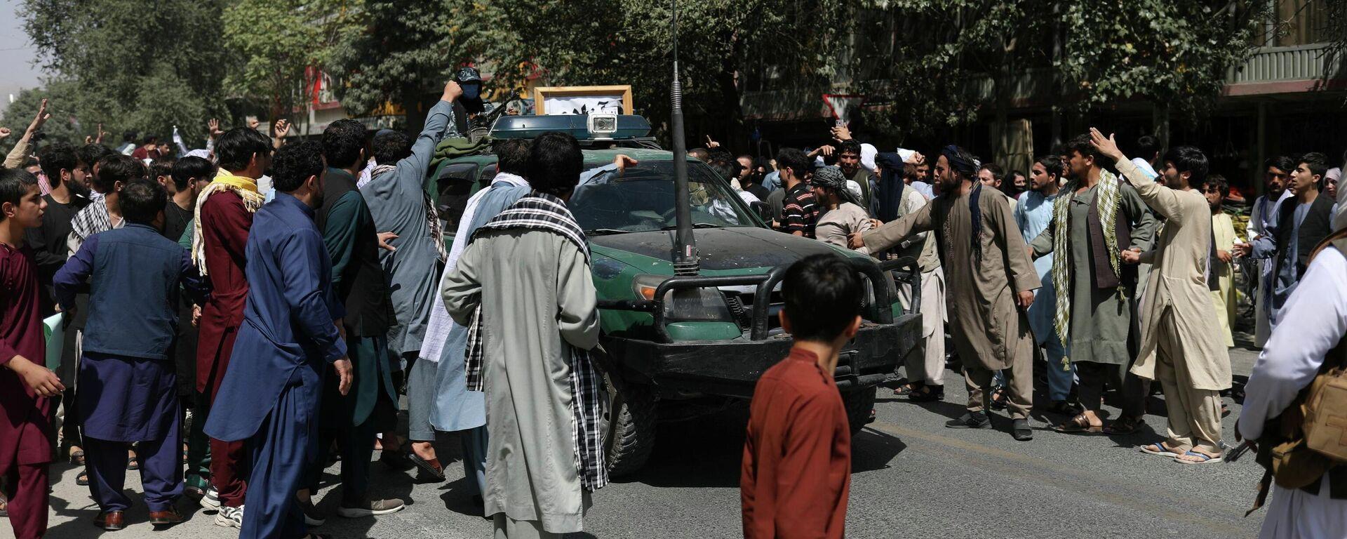 Протестующие в Кабуле окружили автомобиль с флагом движения Талибан (запрещено в РФ) - Sputnik Латвия, 1920, 07.09.2021
