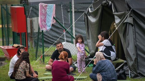 Нелегальные мигранты в лагере на границе Литвы и Белоруссии - Sputnik Латвия