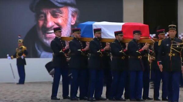 Под музыку из Профессионала: Франция простилась с Бельмондо - Sputnik Latvija