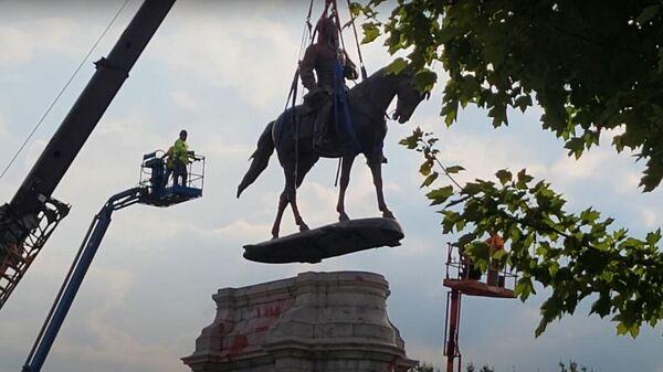 Статую генерала Роберта Ли демонтировали в Вирджинии - Sputnik Latvija