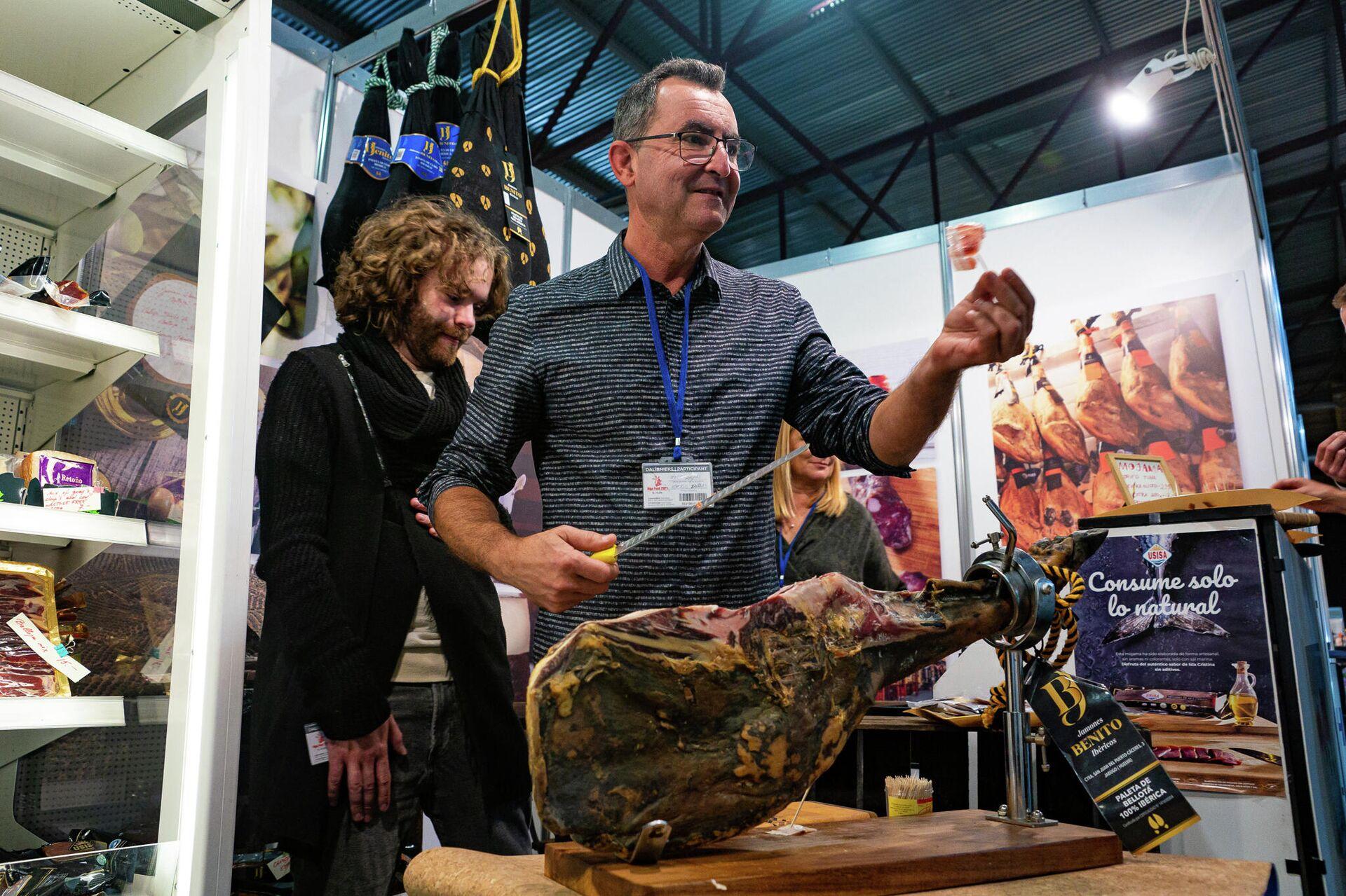 Хамон черная нога из откормленных желудями свиней, самый дорогой продукт в линейке испанского производителя - Sputnik Латвия, 1920, 10.09.2021