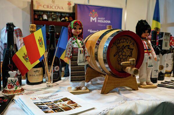 Стенд Молдавии представляет традиционные вина и другие продукты питания - Sputnik Латвия