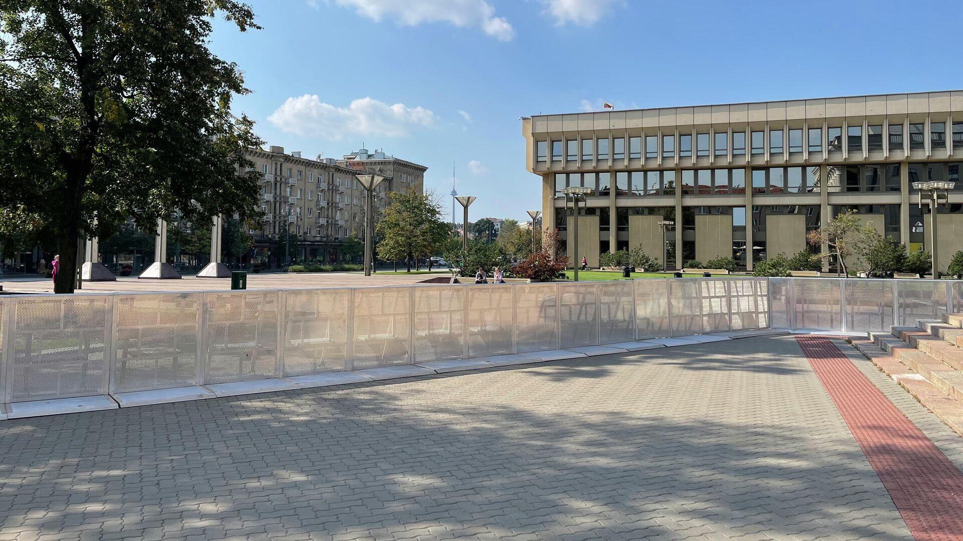 Ограждения около здания Сейма в Вильнюсе - Sputnik Латвия, 1920, 10.09.2021