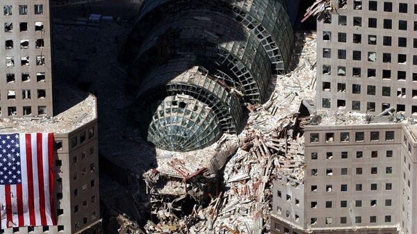 Кусок обрушившегося здания после атаки 9/11 в Нью-Йорке  - Sputnik Латвия