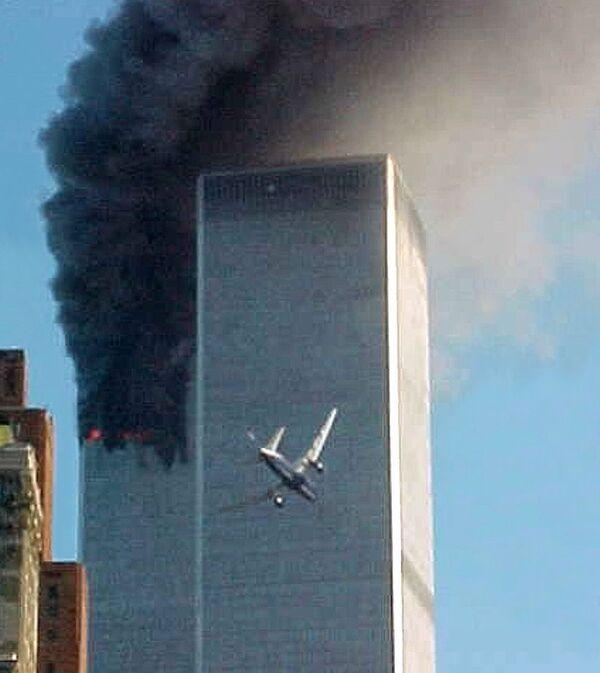 Первый самолет, захваченный смертниками, врезался в Северную башню World Trade Center в 08:46 утра. Второй - в Южную башню в 09:03. - Sputnik Латвия