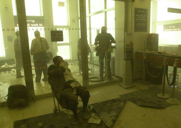 Раненый мужчина ждет помощи в банке возле башен-близнецов. - Sputnik Латвия