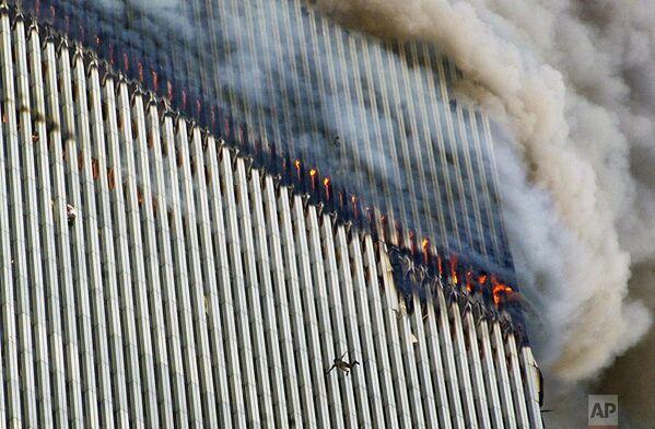 Люди падают из окон башен-близнецов. Пожар отрезал им путь к спасению. - Sputnik Латвия