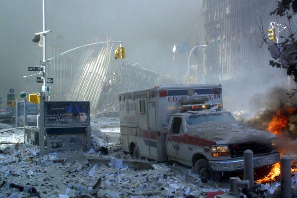 Скорая помощь горит после обрушения первой башни World Trade Center. - Sputnik Латвия