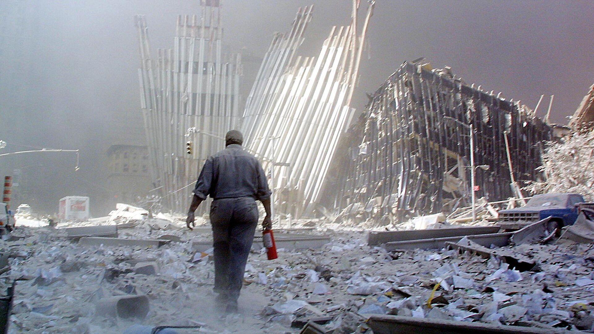 Мужчина с огнетушителем на месте атаки Всемирного торгового центра 11 сентября в Нью-Йорке  - Sputnik Latvija, 1920, 18.09.2021