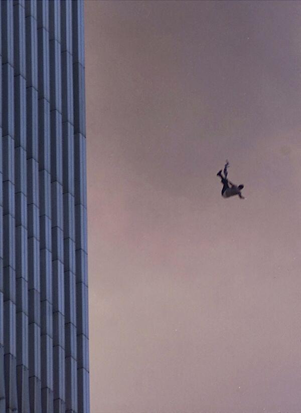 """В Северной башне никто из тех, кто был на этажах выше места удара, не выжил. В Южной башне 18 человек с этажей выше места удара смогли спастись.Акцию спланировали, находясь в Афганистане, бывшем тогда под контролем талибов, лидеры """"Аль-Каиды"""" (""""Аль-Каида"""" и """"Талибан"""" признаны террористическими организациями и запрещены в России). - Sputnik Латвия"""