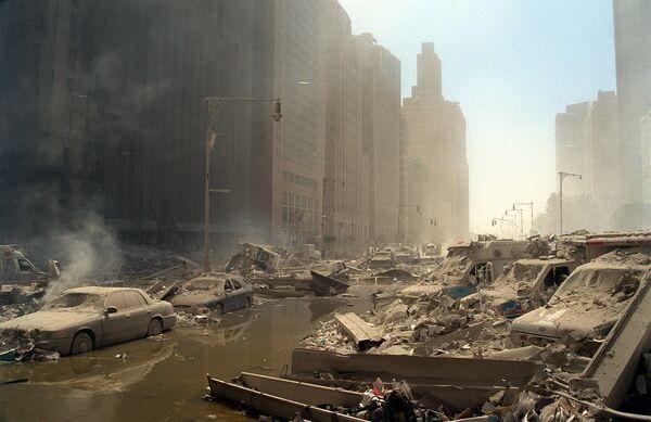 Обломки и пепел засыпали улицы Манхэттена.Когда самолеты таранили башни Всемирного торгового центра, в них находились примерно 17400 человек. - Sputnik Латвия