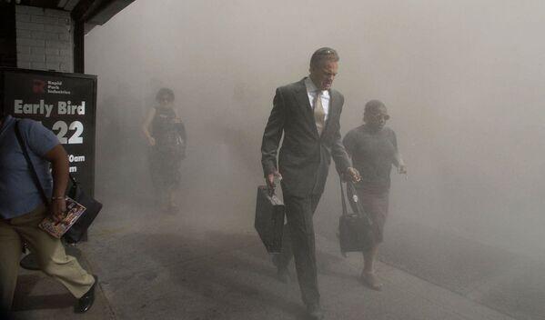 Пешеходы на Бикман-стрит бегут с места трагедии. - Sputnik Латвия