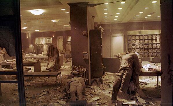 Манекены на полу магазина Brooks Brothers в Нью-Йорке возле Всемирного торгового центра после обрушения башен-близнецов. Магазин был превращен во временный морг. - Sputnik Латвия