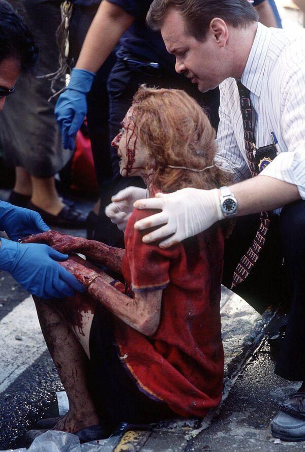 Спасатели помогают раненой женщине.  - Sputnik Латвия