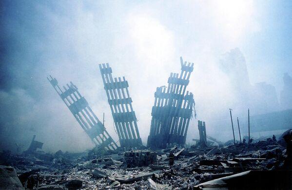 Обломки рухнувшей башни Всемирного торгового центра в Нью-Йорке.11 сентября Америка лишилась не просто архитектурной доминанты Нью-Йорка, а одного из самых известных символов своей свободы и американской мечты. - Sputnik Латвия