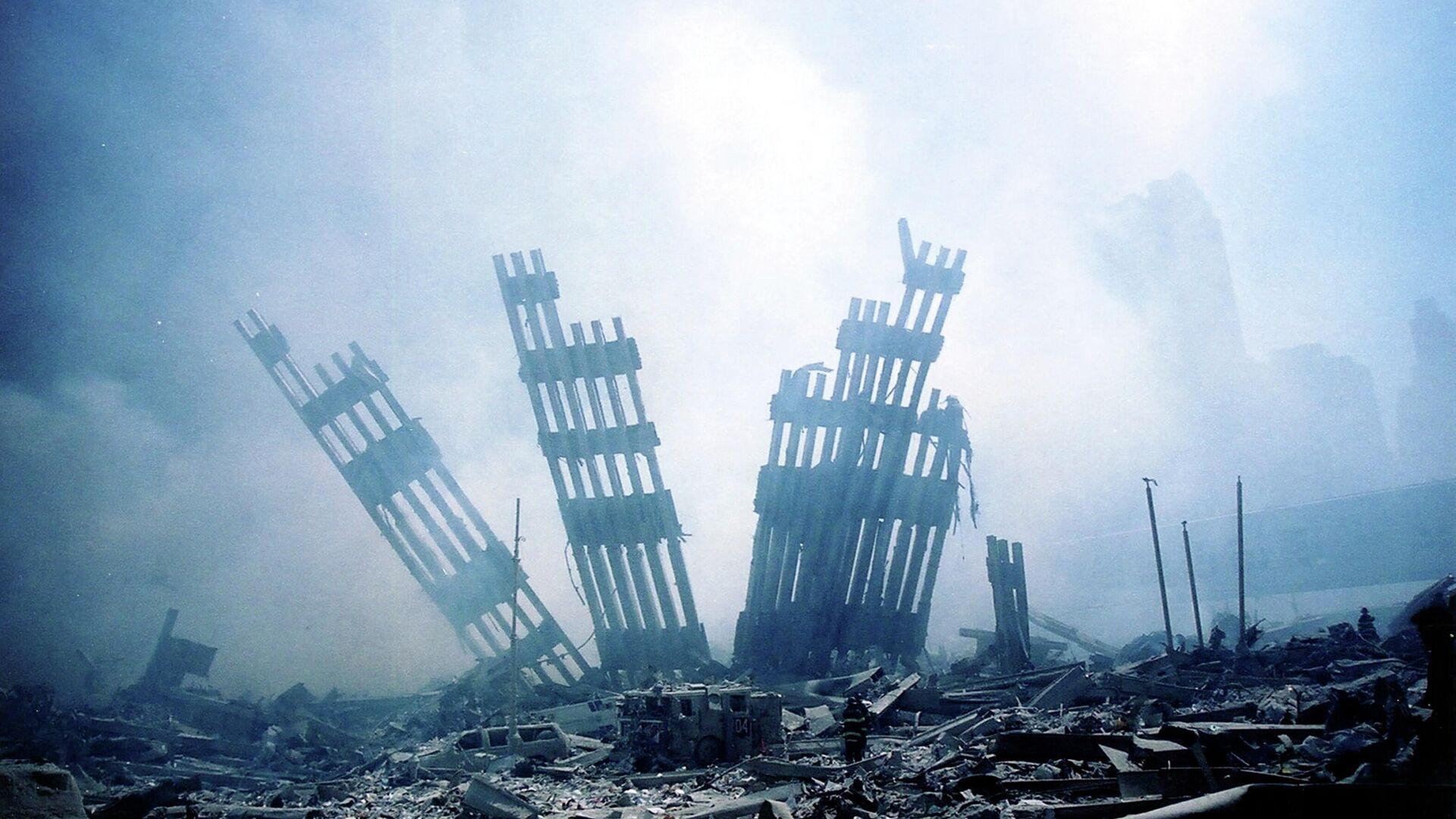 Обломки башен-близнецов Всемирного торгового центра тлеют после террористической атаки в нижнем Манхэттене - Sputnik Латвия, 1920, 11.09.2021