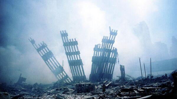 Обломки башен-близнецов Всемирного торгового центра тлеют после террористической атаки в нижнем Манхэттене - Sputnik Латвия