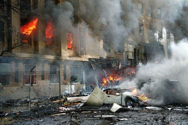 Пламя и дым в здании Пентагона, куда врезался третий самолет. В здании Пентагона погибли 125 человек. - Sputnik Латвия