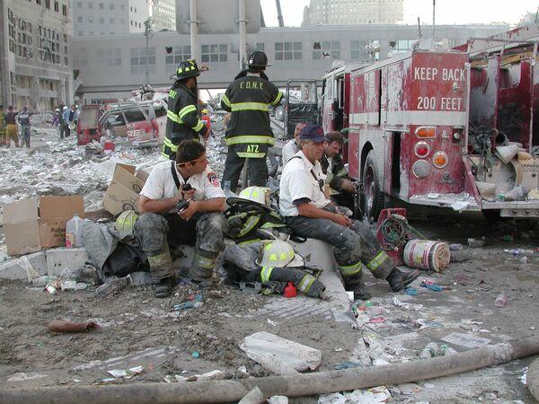 Пожарные Нью-Йорка во время ликвидации последствий терактов 11 сентября. - Sputnik Латвия
