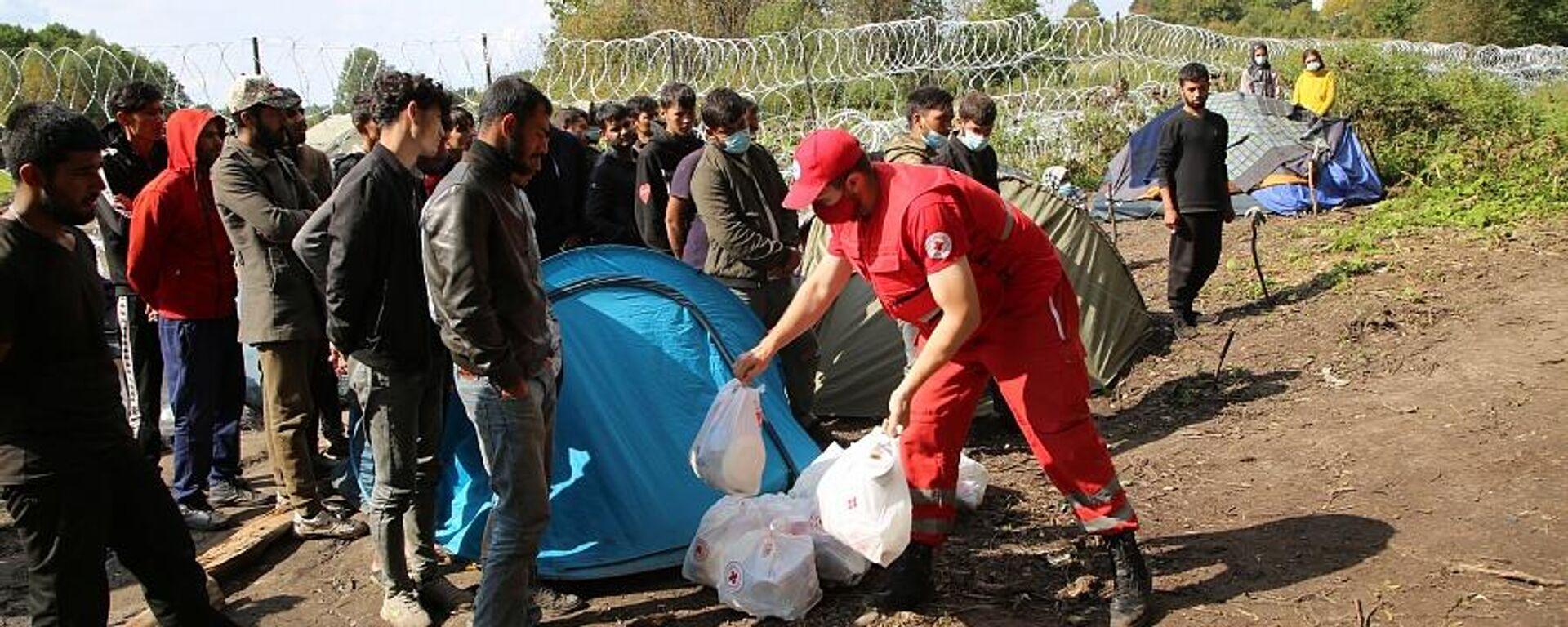 Госпогранкомитет пропустил гуманитарную помощь для беженцев на границе - Sputnik Латвия, 1920, 14.09.2021